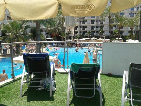 Protur Palmeras Playa Aparthotel: Veranda by cafe overlooking the pool - ahead Block A