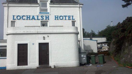 Lochalsh Hotel: Skips full of trash as you pull up.