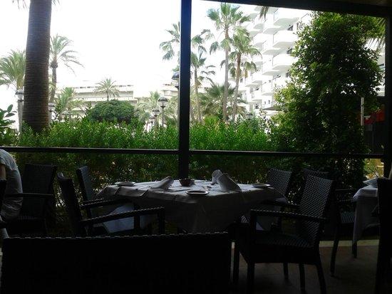 Protur Palmeras Playa Aparthotel: Main restaurant - outside seating area