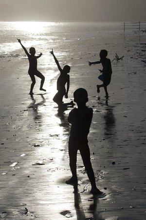 Umngazi River Bungalows & Spa: Local Children Playing at Sunset