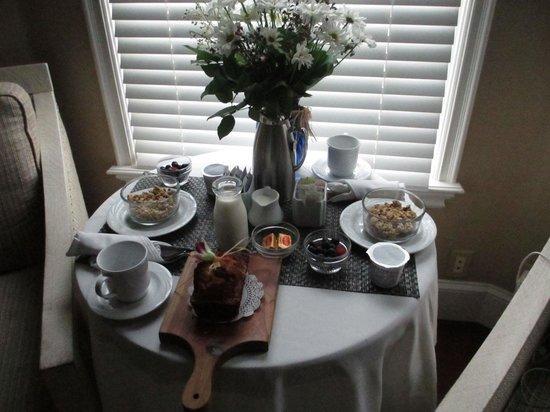 Snug Harbor Inn: Breakfast every morning