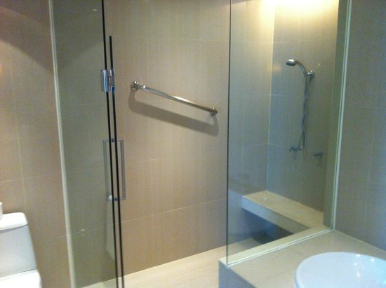 Natural Ville Executive Residences : slippery shower
