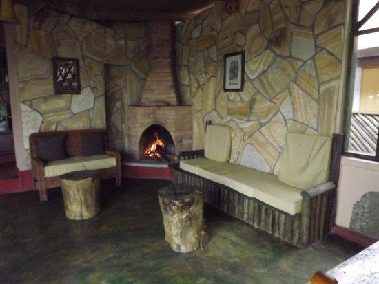 Ambureni Coffee Lodge: coin cheminée extérieure