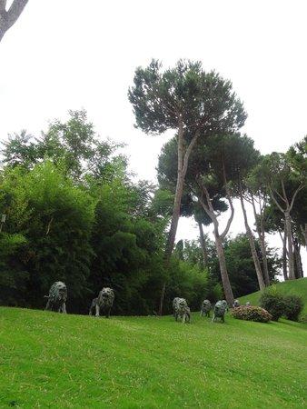 Rome Cavalieri, Waldorf Astoria Hotels & Resorts : Gardens around the property.