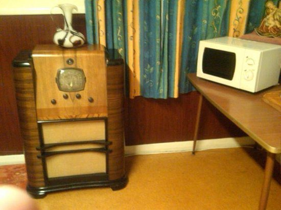 Richmond Guest House : Antique radio in the breakfast room.