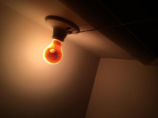 Bayfront Inn: Closet light bulb