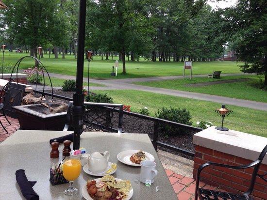The Gideon Putnam: Saratoga Spa Park golf course next to patio dining area