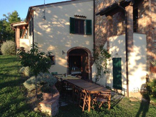 Podere Borgaruccio : Le bâtiment principal et la salle à manger extérieure