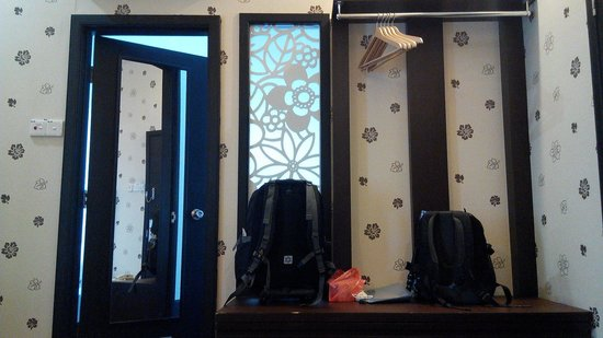 Jonker Boutique Hotel: Cupboard n way to bath room & wall w nice wallpaper