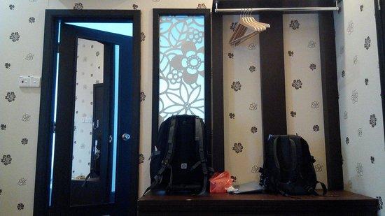 Jonker Boutique Hotel : Cupboard n way to bath room & wall w nice wallpaper
