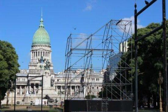 Ibis Buenos Aires: Praça próxima ao hotel