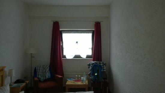 Asten Village: Fenster auf dem Kellerloch
