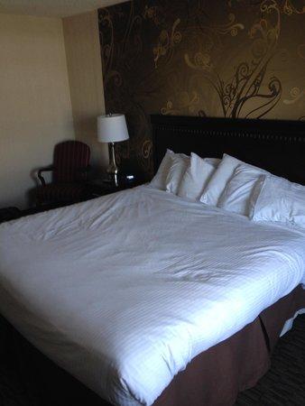 The Georgian Lakeside Resort: King size bed