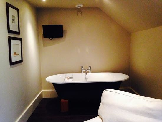 The Grosvenor Arms: Lovely big bath in room 9