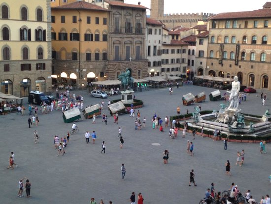 Soggiorno Antica Torre: Vendors wrapping up the day and lugging their set ups across the square. They will start early a