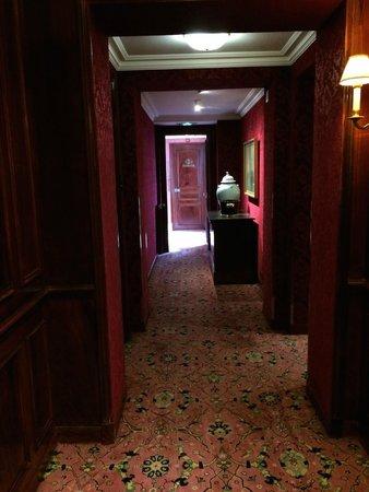 Chateau Les Crayeres: Hallway