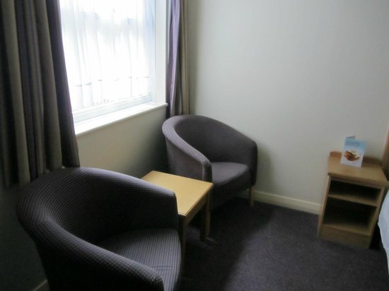 Premier Inn London Gatwick Airport (A23 Airport Way) Hotel: Sitting area in the room