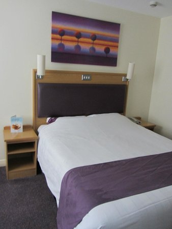 Premier Inn London Gatwick Airport (A23 Airport Way) Hotel : Small twin beds. Wish they would upgrade to Kings!