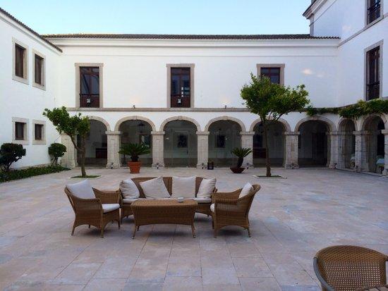 Pousada de Palmela Historic Hotel: Courtyard during the day