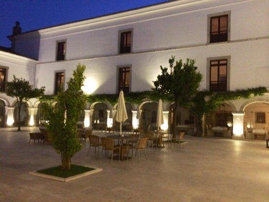 Pousada de Palmela Historic Hotel: Courtyard at dusk