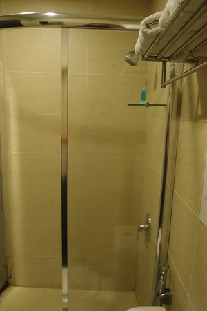 My Inn Hotel: Bathroom with hot and cold water facility,cubicle without worrying the floor is wet when showeri