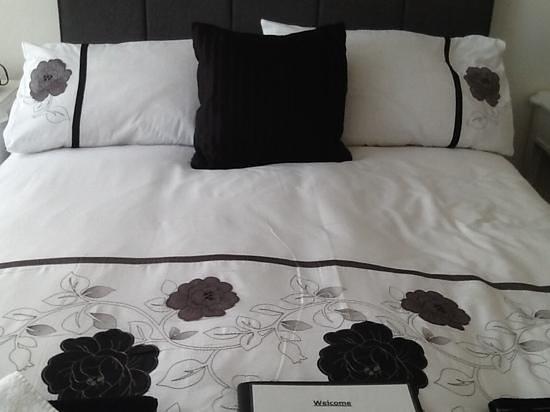 The Garnett Hotel: Beautiful big comfy bed in premium room.