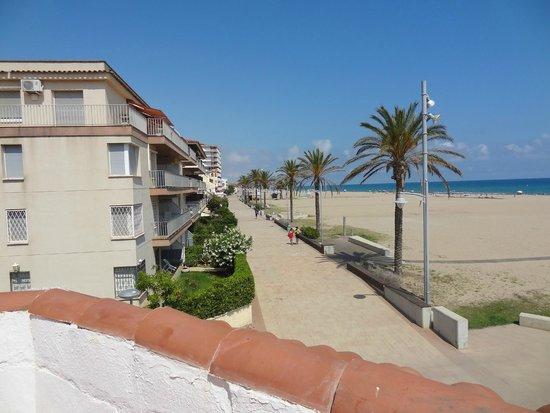 Gran Hotel Europe Comarruga: Zicht op promenade vanaf zonneterras