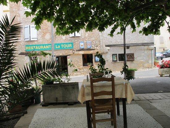 Het terras met uitzicht naar het restaurant foto van restaurant la tour chateaudouble for Lay outs terras van het restaurant