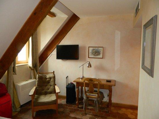 Hostellerie de la tour d'Auxois : Tafel TV airco