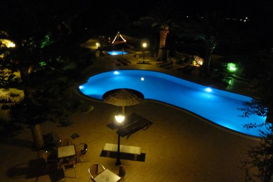 Smaragdi Hotel: Pool by night