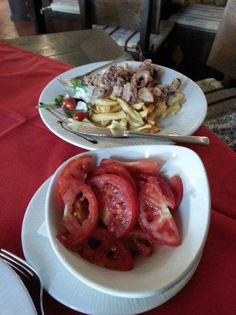 Dalmatino: Салат из помидор с осминогами во фритюре