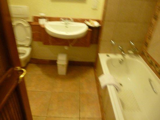 The Kingdom at Victoria Falls: salle de bains avec baignoire et douche