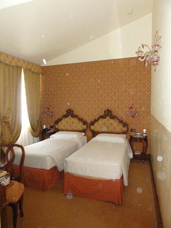 Hotel Monaco & Grand Canal: Room 401