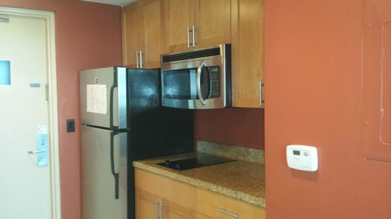Residence Inn Fort Lauderdale Pompano Beach/Oceanfront : Kitchen with full fridge with ice maker and microwave