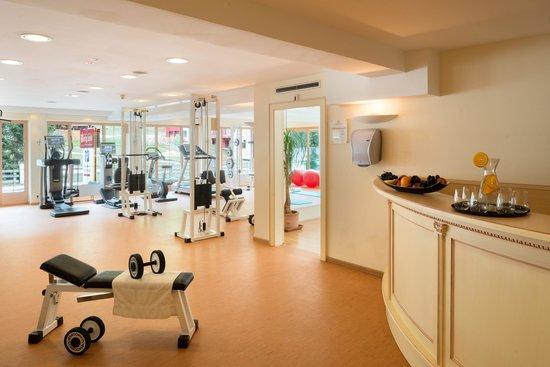 Wellnesshotel Bergland: 250m² helles Fitnesscenter mit modernsten Cardio- und Kraftgeräten von Technogym im Wellnesshote