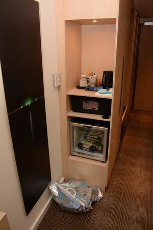 Novotel Moscow City: Консоль с холодильником и сейфом