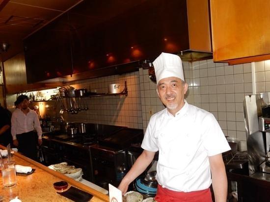 Hafuu Honten: Head chef at work in front ofbar seats