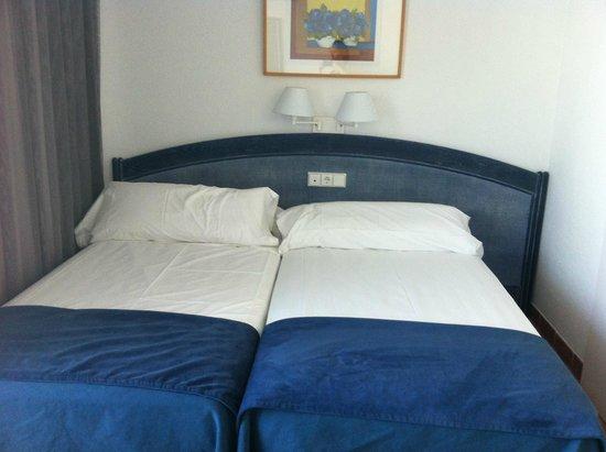 Blaumar Hotel: нет прикроватных тумб, электро розетка над головами