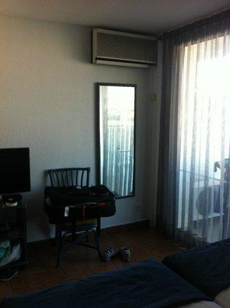 Blaumar Hotel: очень шумный, не современный кондиционер. в номере нет подставки под чемодан.