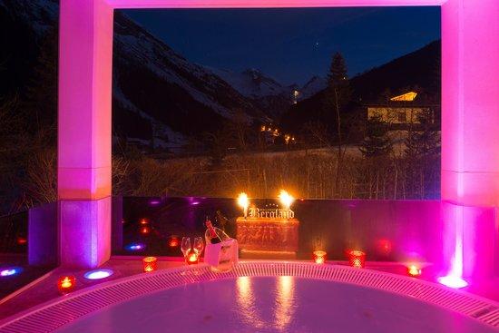 Wellnesshotel Bergland: Outdoor whirlpool with salt water