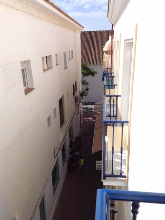 Hotel Puerta del Mar: The narrow alleyway