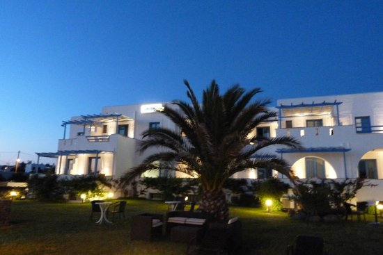 Liana Hotel: Hotel by night