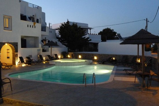 Liana Hotel: Pool at dusk
