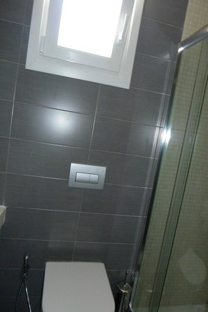 Liana Hotel: Bathroom