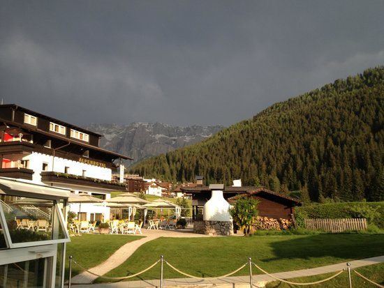 Alpenroyal Grand Hotel - Gourmet & Spa: evening clouds about part of hotel