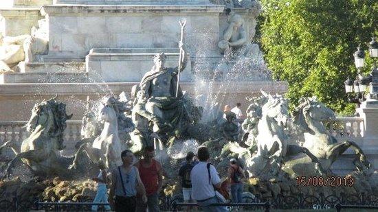 Esplanade des Quinconces : fontaine  de Bartholdi place des quinconces