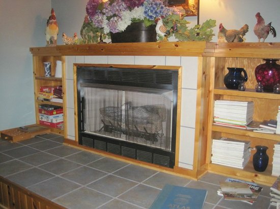 Morning Glory Inn: Fireplace in the common area