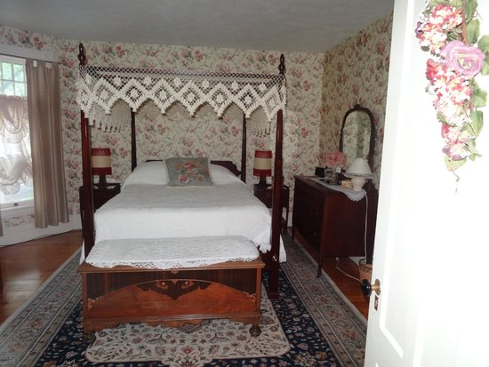 Gray House: Main bedroom of three-room Sisters' Suite