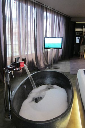 The Vine Hotel: A nice warm bath to soak away aches and pains!