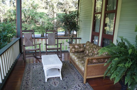 Academy Street Bed and Breakfast : The Front porch to relax